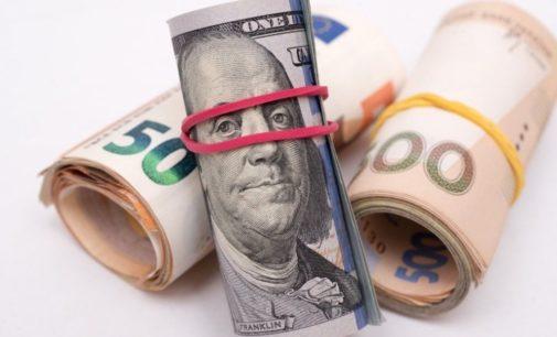 За сутки гривна обрушилась на 53 копейки по отношению к доллару