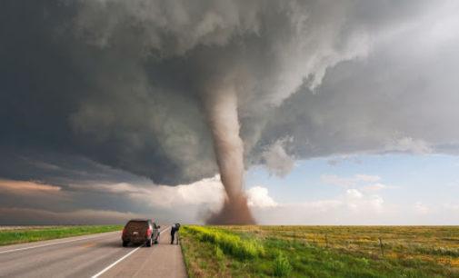 В США опасно находиться: в некоторых штатах зафиксированы штормы, мощные торнадо с землетрясением