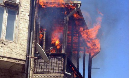 Огонь распространялся от кучки непогашенных окурков: В Мелитополе горел многоэтажный дом с людьми