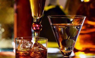 Ученые объяснили, почему в период вспышки коронавируса опасно принимать алкоголь