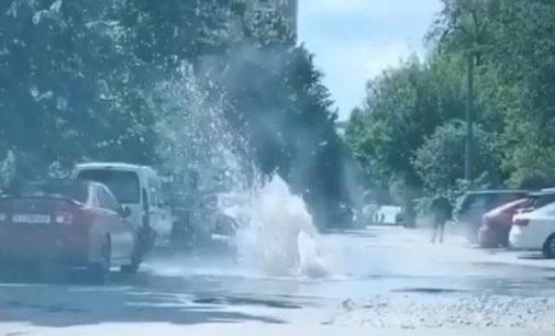 На столичной Соломенке прорвало трубу: на проезжей части начал бить «фонтан»