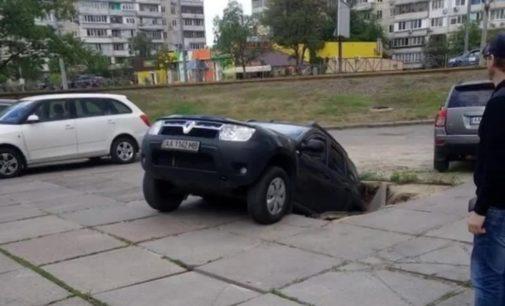 На Оболони в Киеве кроссовер провалился под асфальт